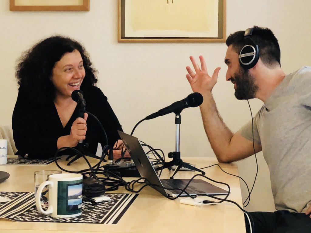 Neus Arqués y Carlos Iglesias grabando el podcast